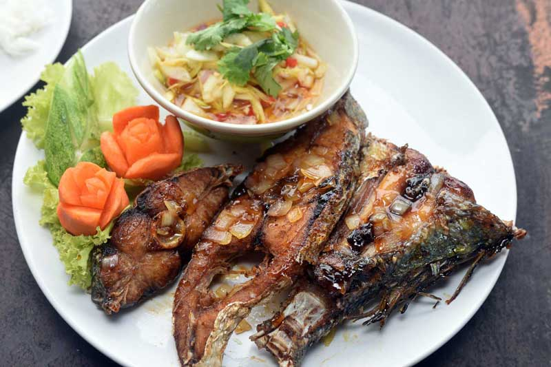 Fried fish with mango salad