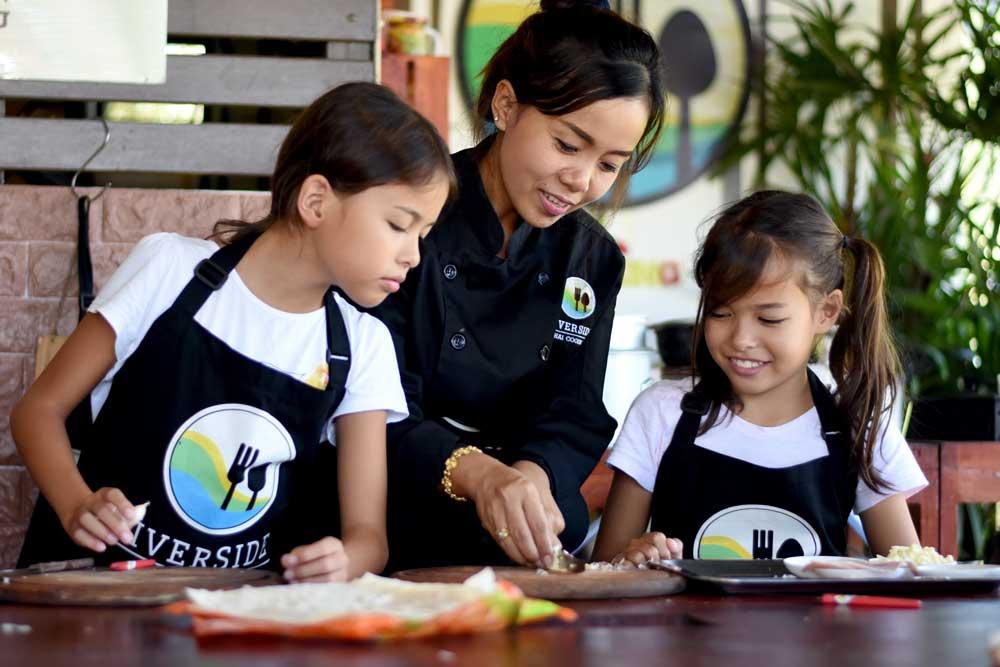 Kids cooking at Riverside