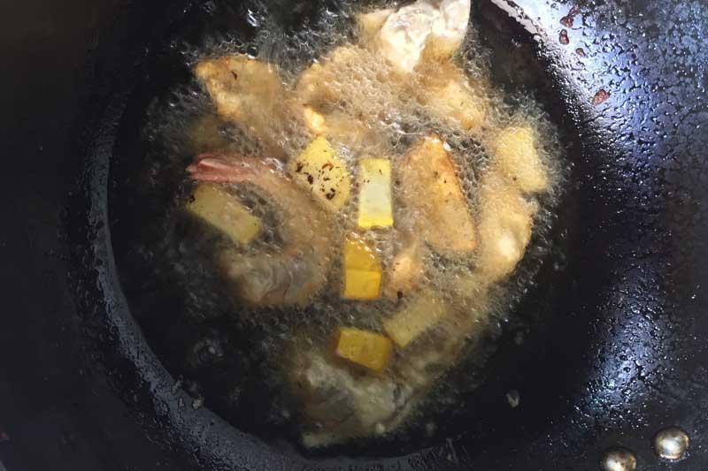 Frying the tempura ingredients